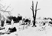 Советские бойцы атакуют противника в районе Ропши. Январь 1944 г.