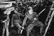 """Чарли Чаплин (справа) в фильме """"На плечо!"""""""
