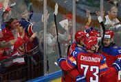 Хоккеисты сборной России после шайбы, заброшенной в ворота команды США