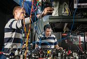 Александр Львовский и Александр Уланов в Лаборатории квантовой оптики в РКЦ