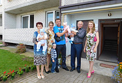 Светлана Цуканова (на фото справа) с семьей, которой они с мужем подарили квартиру