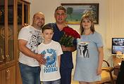 Главный врач тюменского нейроцентра Альберт Суфианов и Игорь Волков с родителями