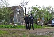 """Сотрудники полиции у дома в садоводческом товариществе """"50 лет Октября"""" в поселке Редкино, 5 июня"""