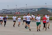 Забег Platov Runway на взлетно-посадочной полосе строящегося аэропорта Платов