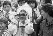 Саманта Смит в русском национальном костюме во время посещения Московского городского Дворца пионеров на Ленинских горах