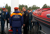 Глава МЧС Владимир Пучков (в центре)