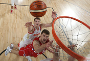 Российский центровой Тимофей Мозгов борется за подбор в матче 1/2 финала Чемпионата Европы против команды Сербии
