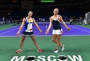 Анлдреа Главачкова и Тимея Бабош (слева направо)