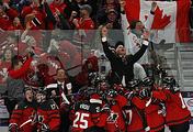 Канадские хоккеисты празднуют победу на чемпионате мира в Баффало