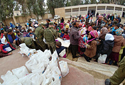 Дети деревни Хатла получают подарки от российских военных