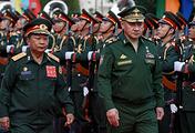 Министр обороны Лаоса Тянсамон Тяннялато и министр обороны РФ Сергей Шойгу