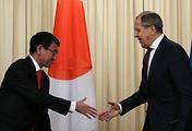 Министр иностранных дел Японии Таро Коно и министр иностранных дел РФ Сергей Лавров (слева направо) во время пресс-конференции по итогам российско-японских переговоров в 2017 году