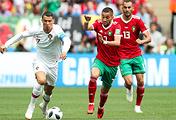 Игроки сборной Португалии Криштиану Роналду и сборной Марокко Хаким Зиеш, Халид Бутаиб (слева направо)