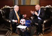 Первый заместитель гендиректора ТАСС Михаил Гусман и президент ФИФА Джанни Инфантино