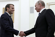 Президент Франции Эмманюэль Макрон и президент РФ Владимир Путин