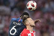 Игроки сборной Франции Поль Погба и сборной Хорватии Иван Ракитич (слева направо)
