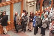 Москва, понедельник, 17 августа 1998 года. Очередь в банкомат у супермаркета