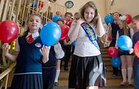 Выпускница и учащиеся лицея №16 перед началом торжественной линейки, посвященной окончанию учебного года. Новосибирск