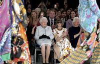 Королева Великобритании Елизавета II и главный редактор американского издания журнала Vogue Анна Винтур