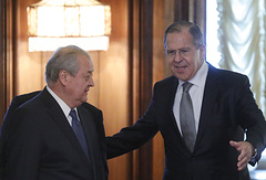 Uzbekistan's Foreign Minister Abdulaziz Kamilov (L) and his Russian counterpart Sergei Lavrov