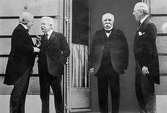 Справа налево: президент США Вудро Вильсон, премьер-министр Франции Жорж Клемансо, премьер-министр Италии Витторио Эмануэле Орландо, премьер-министр Великобритании Дэвид Ллойд Джордж. Версаль, 1919 год