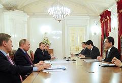 Помощник президента РФ Юрий Ушаков, президент РФ Владимир Путин и министр иностранных дел Фумио Кисида