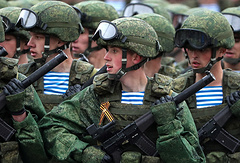 """Десантники 331-го гвардейского парашютно-десантного полка в экипировке """"Ратник"""" во время Парада победы на Красной площади"""