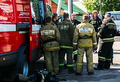 Сотрудники МЧС РФ у дома престарелых, где произошел пожар. 28 августа