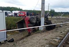 На месте столкновения пассажирского поезда с грузовым автомобилем в Югре. 9 сентября 2017