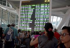 """Табло с информацией об отмене рейсов в международном аэропорту """"Нгурах-Рай"""" на Бали"""