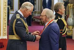 Принц Уэльский Чарльз и лидер группы Bee Gees Барри Гибб