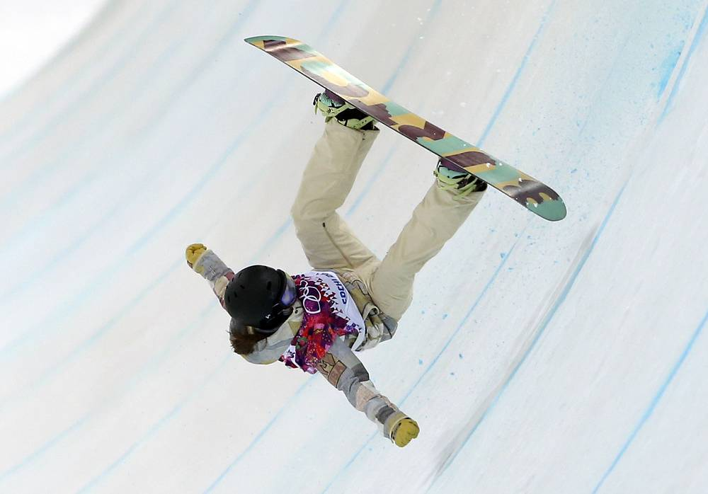 Kelly Clark of the United States falls in her first run during the women's snowboard halfpipe final