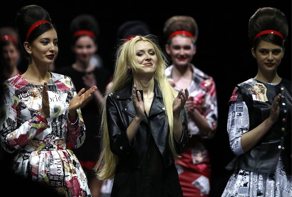 Designer Eleonora Amosova (center)