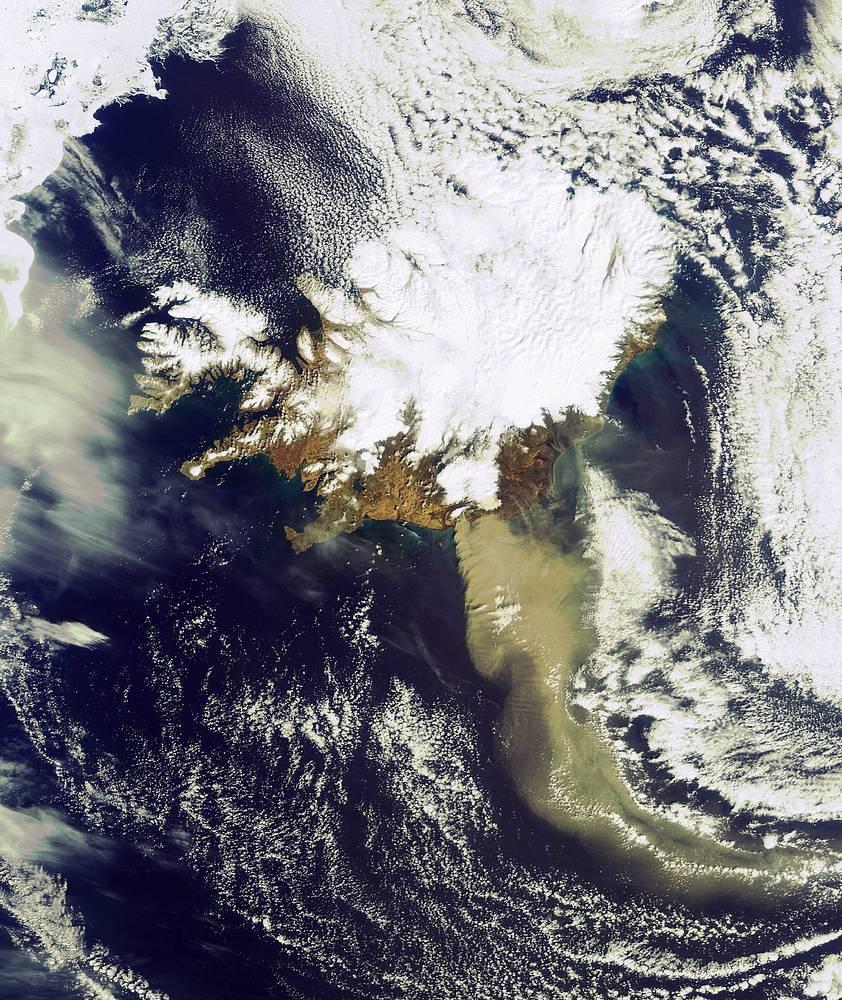 Heavy plume of ash from the Eyjafjallajoekull Volcano