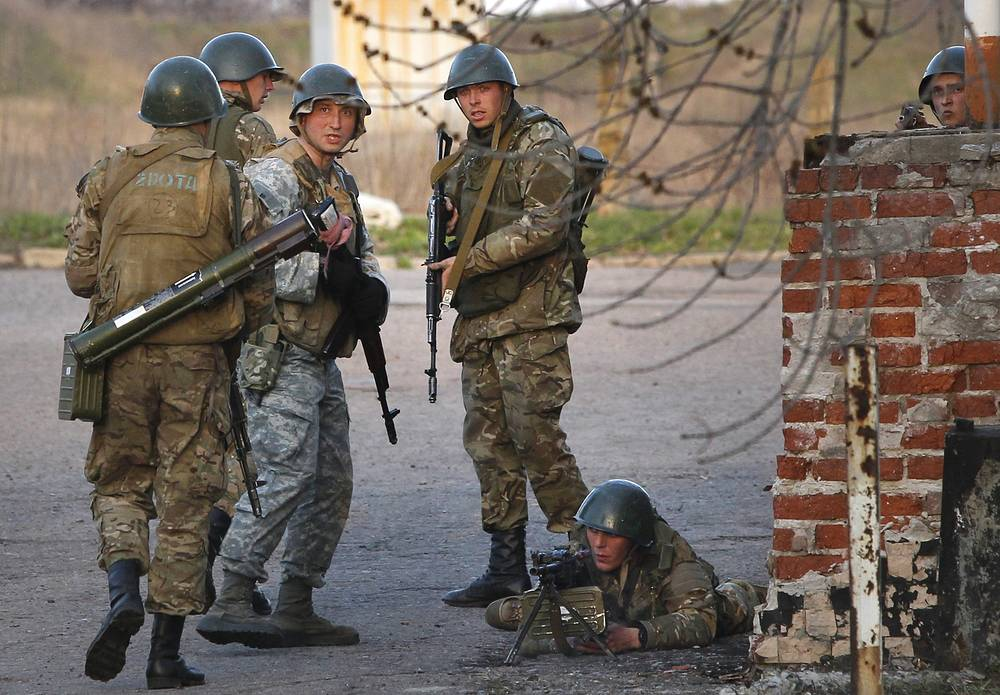 Ukrainian army troops set up a position at an airport in Kramatorsk