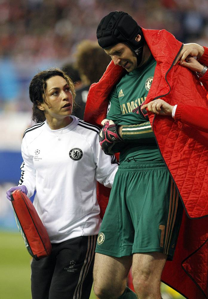 Petr Cech (R) leaves the pitch because of an injury