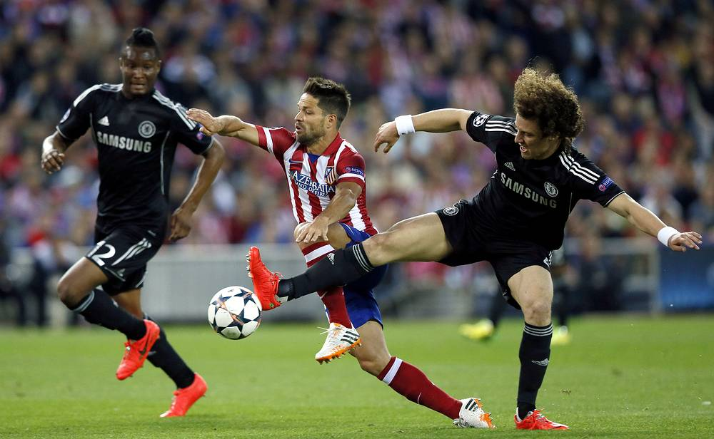 Atletico Madrid's Brazilian midfielder Diego Ribas (C) vies for the ball with Chelsea's John Obi Mikel (L) and David Luiz