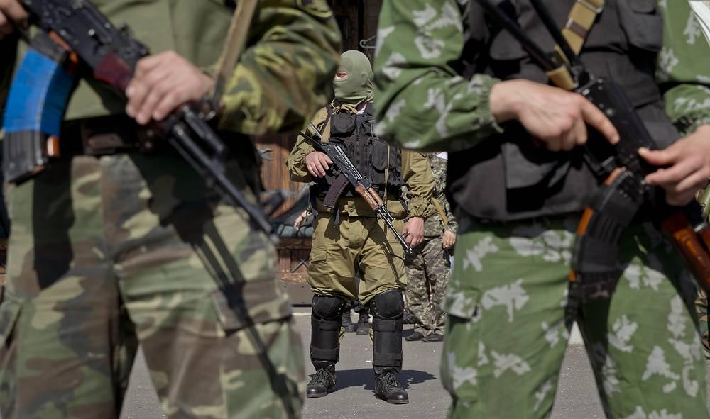 Gunmen form a perimeter outside an entrance to the residence of Ukrainian metals tycoon Rinat Akhmetov