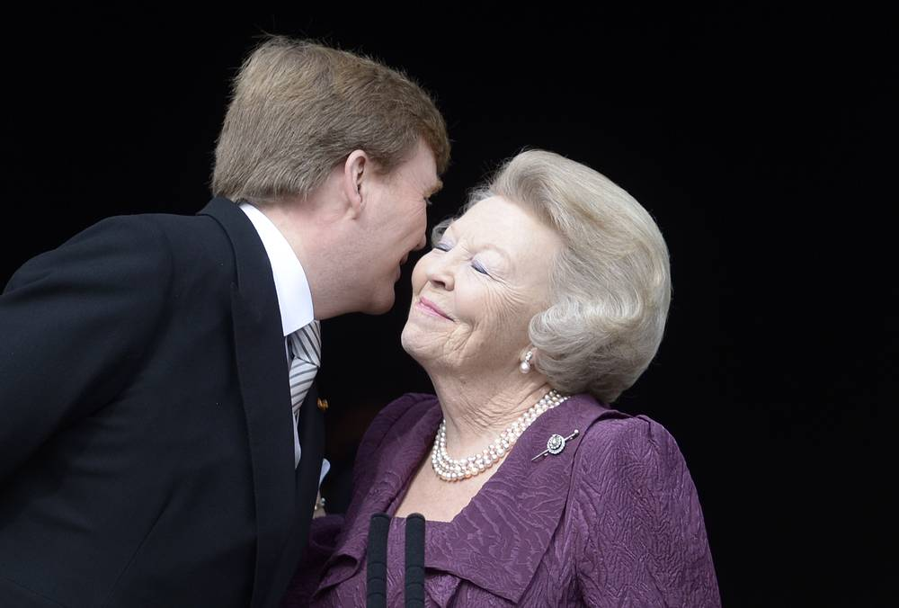 Queen Beatrix, in turn, abdicated in favor of her son in 2013. Photo: New Dutch King Willem-Alexander (L) kisses his mother, Her Royal Highness Princess Beatrix
