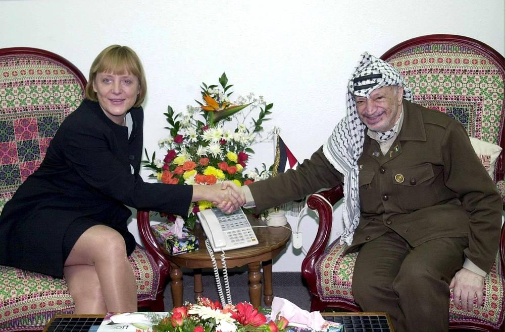 Angela Merkel (L) shakes hands with Palestinian leader Yasser Arafat in 2001