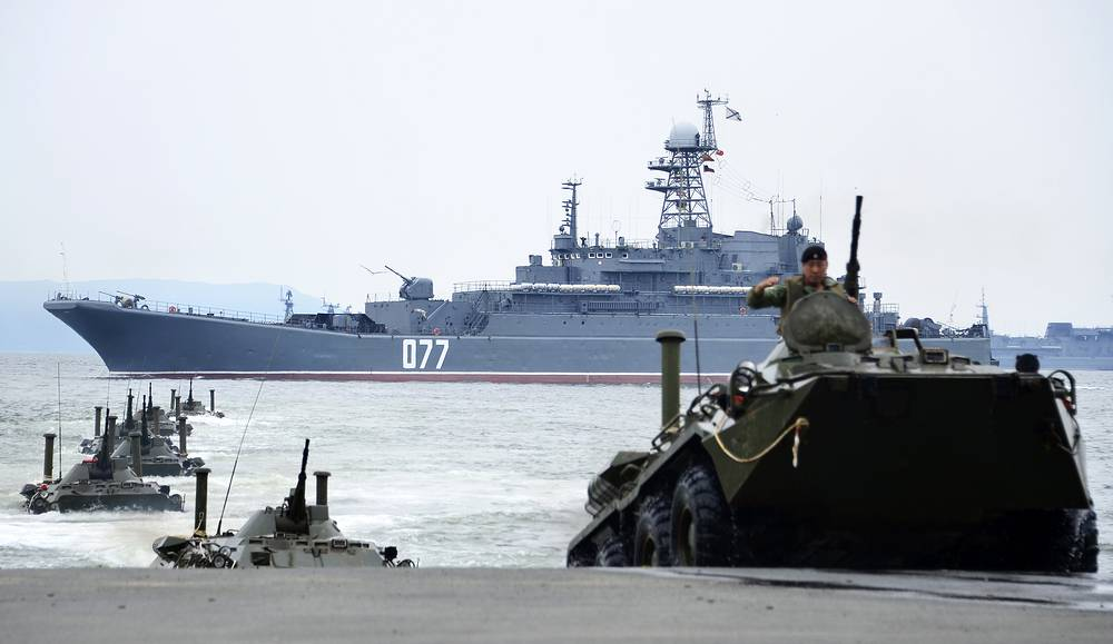The Udaloy-class destroyer Marshal Shaposhnikov and amphibious vehicles of the Russian Pacific Fleet during Navy Day parade rehearsal in Vladivostok