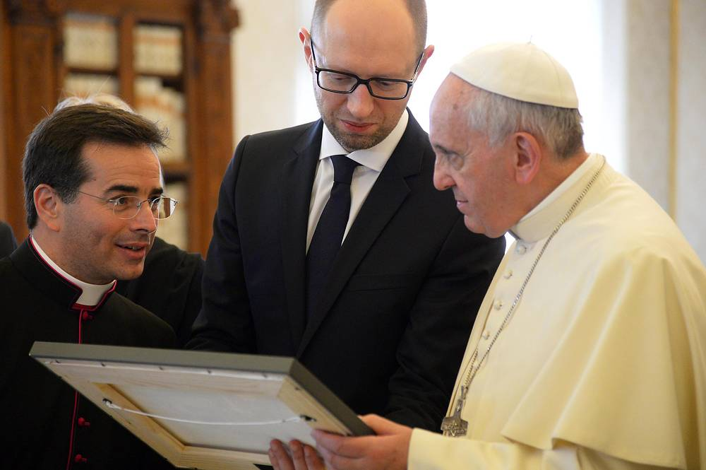 Arseniy Yatsenyuk and Pope Francis (R)