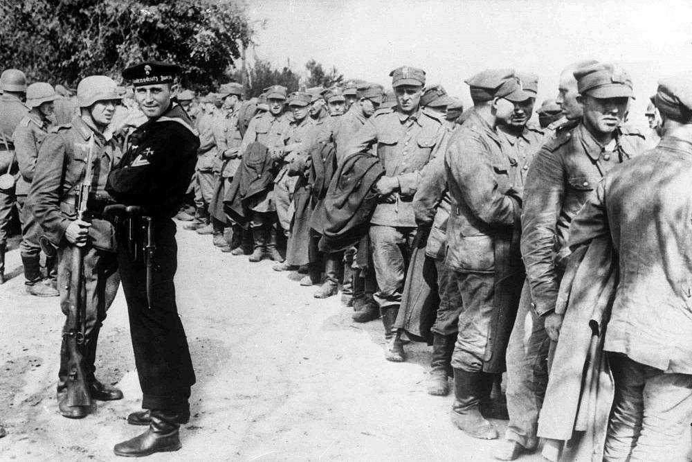 German soldiers guard surrendered Polish troops