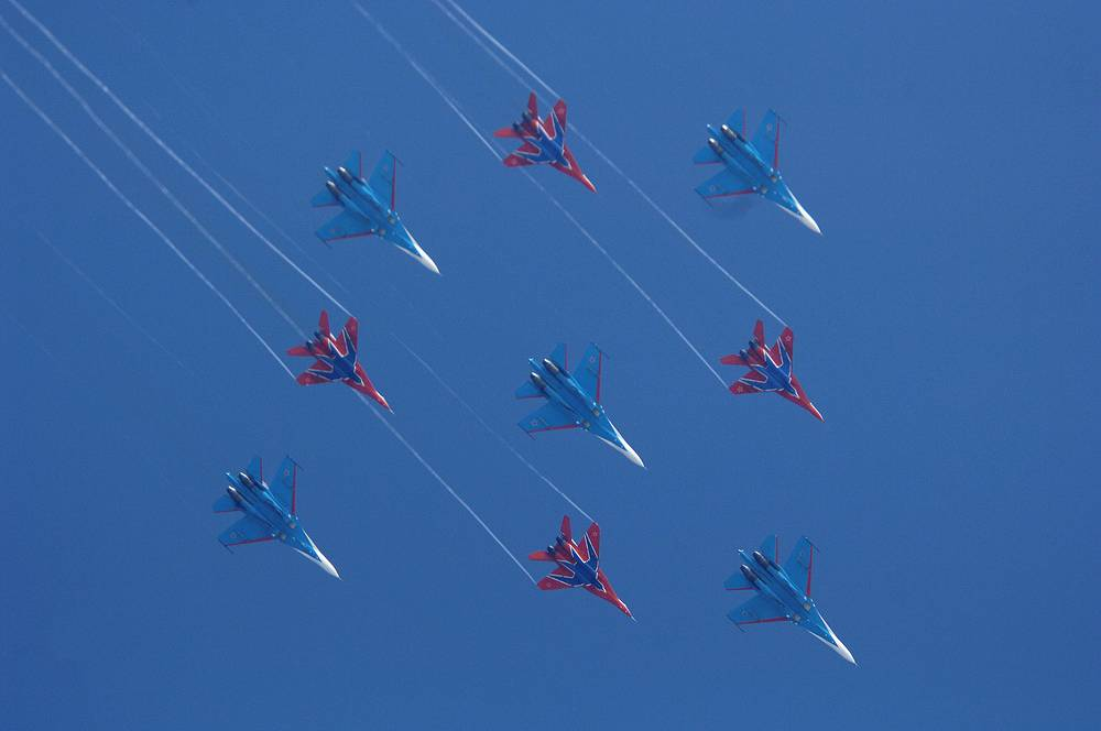 Strizhi (Swifts) aerobatic team performs maneuvers on lightweight fighters MiG-29. Photo: Swifts and Russian Knights aerobatic teams are seen performing a demonstration flight at Kubinka air base