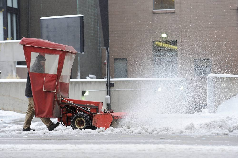 Photo: City workers clears the snow during the season's first snowstorm in Minneapolis, USA, 10 November 2014
