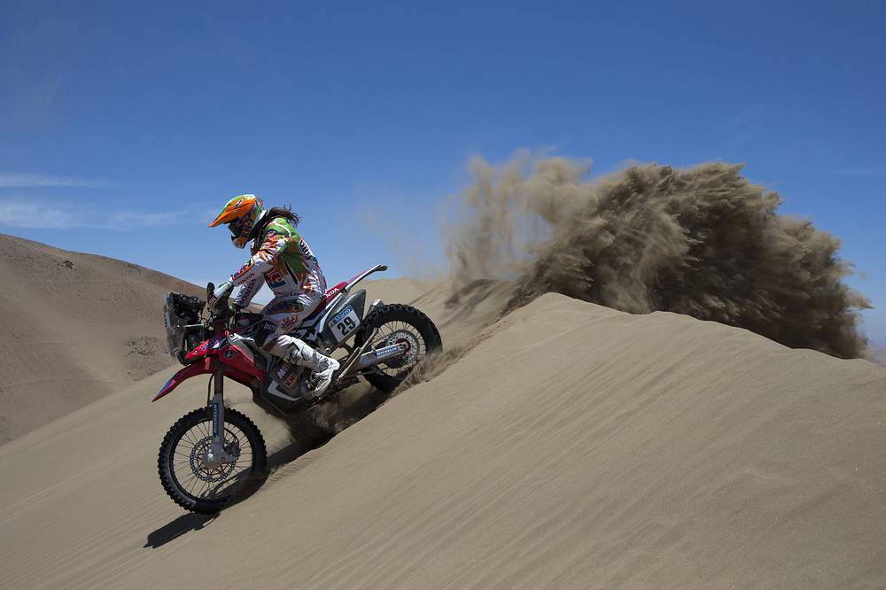 Honda rider Laia Sanz Pla-Giribert of Spain races during the 6th stage of the Dakar Rally 2015 between the cities of Antofagasta and Iquique, Chile, January 9
