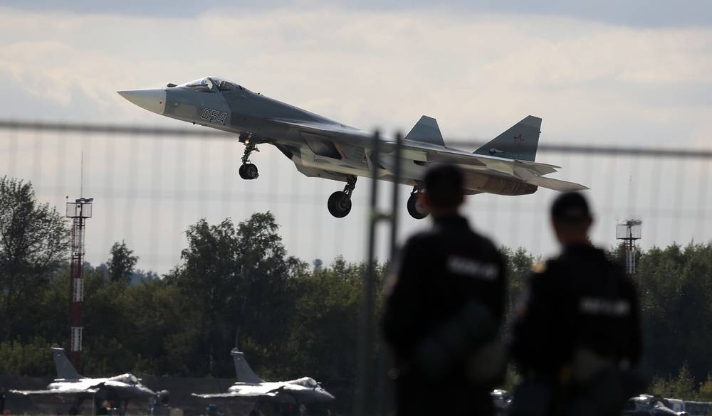 T-50 can fire missiles hidden in internal departments at hypersonic speed. Photo: Guards watch Russian Sukhoi T-50 fighter jet landing at MAKS Air Show in Zhukovsky, 2013