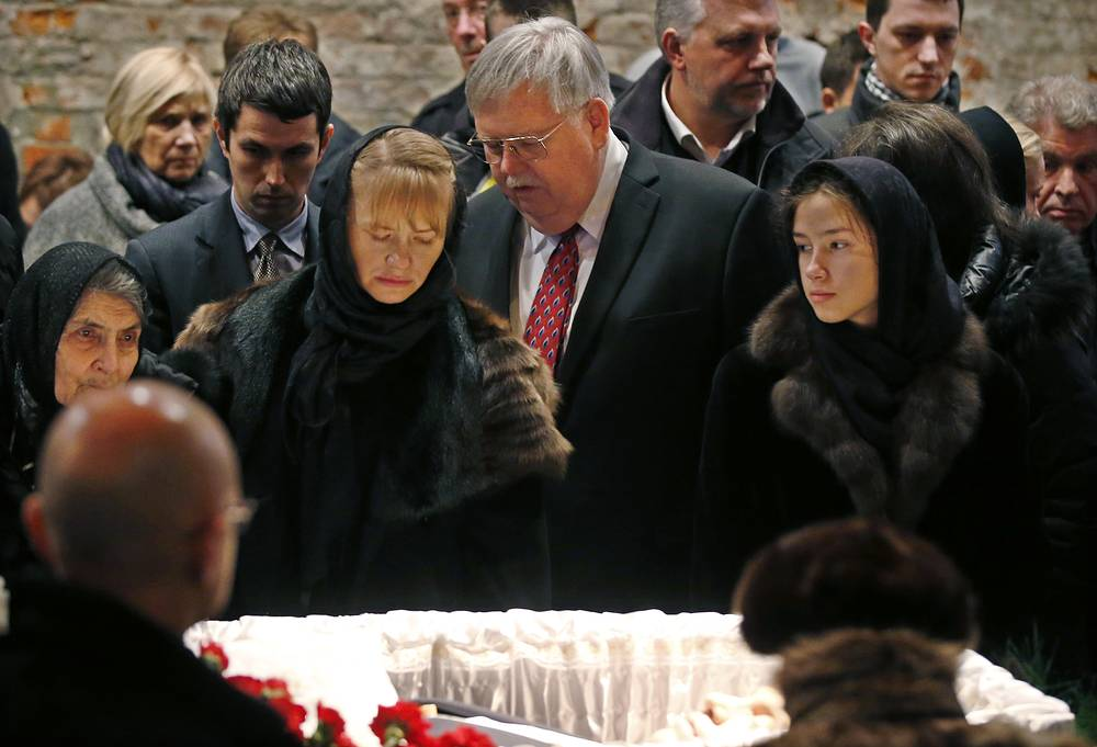 US Ambassador to the Russian Federation, John F. Tefft with relatives of slain Russian oppositionist Boris Nemtsov near the coffin during a mourning ceremony