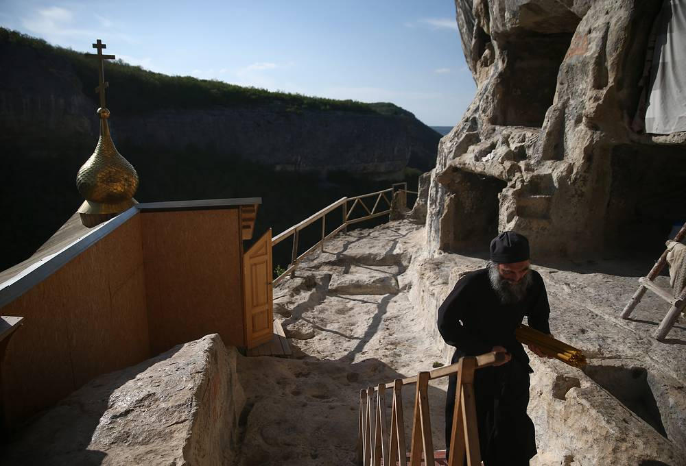 About 9 thousand. cultural heritage sites, including more than 5 thousand. archeological sites were on the territory of peninsula at the time of its reunification with Russia. Photo: Rock monastery in Bakhchisaray area