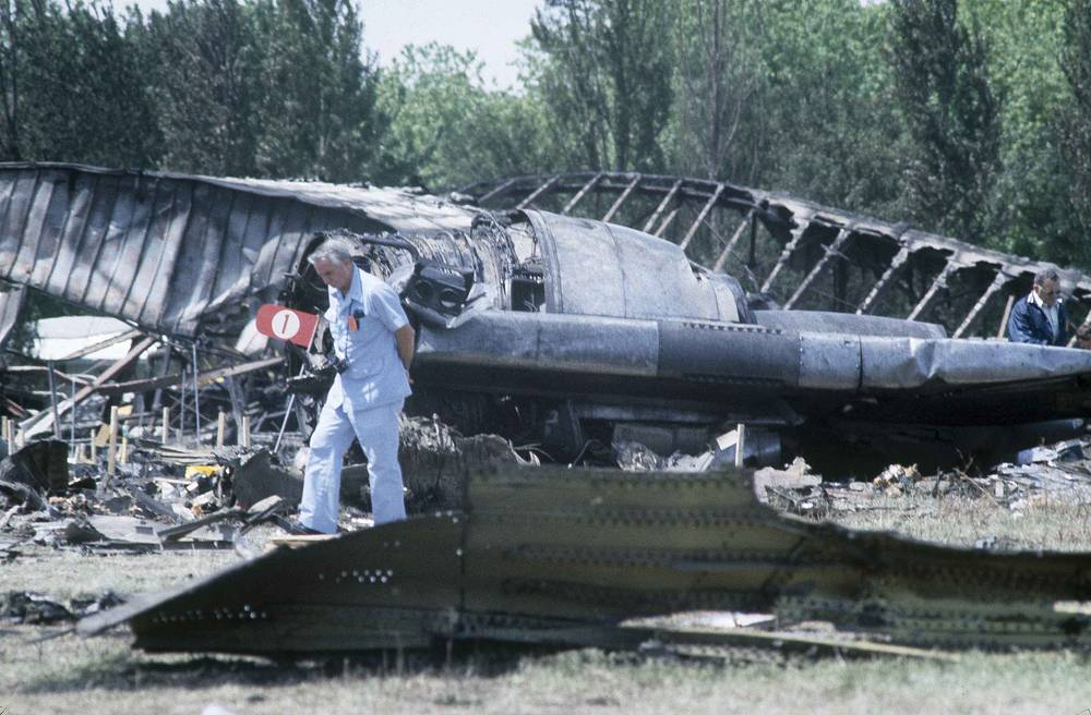 On May 25, 1979 McDonnell Douglas DC-10-10 crashed on take off in Chicago. 273 people were killed. Photo: Investigators viewing the wreckage of the American Airlines Flight 191 to Los Angeles, which crashed in Chicago